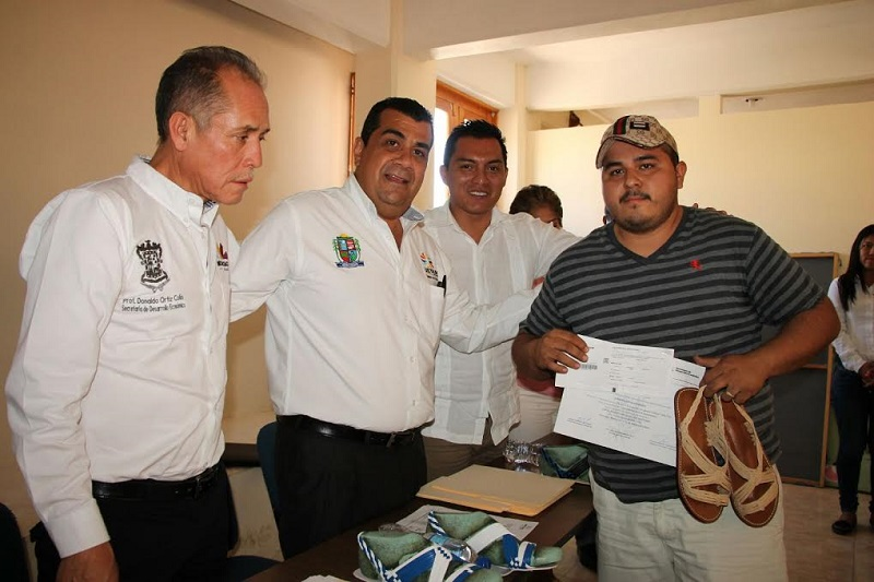 Elías Ibarra destacó que a cada artesano se le hizo entrega de recursos, mismos que fueron otorgados por la Secretaría de Desarrollo Económico y el Servicio Nacional de Empleo de Michoacán en conjunto con el Ayuntamiento que dirige