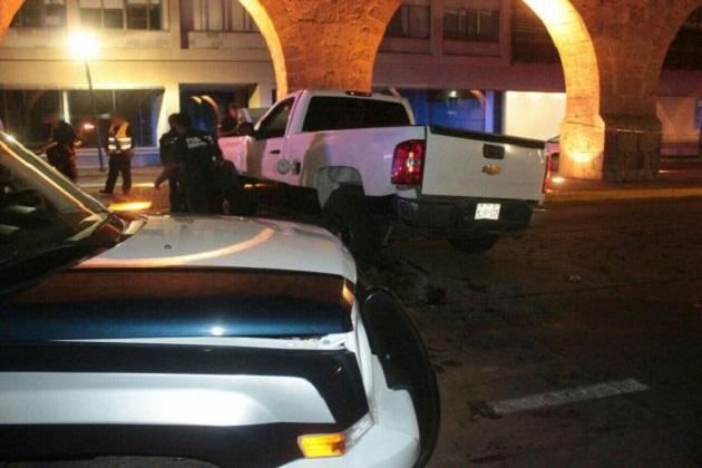 Los hechos se registraron esta madrugada sobre la Avenida Francisco I. Madero, donde circulaba Óscar Mora, elemento de la Policía Ministerial del área de Homicidios, a bordo de una camioneta Chevrolet tipo pickup, color blanca (FOTO: FACEBOOK)
