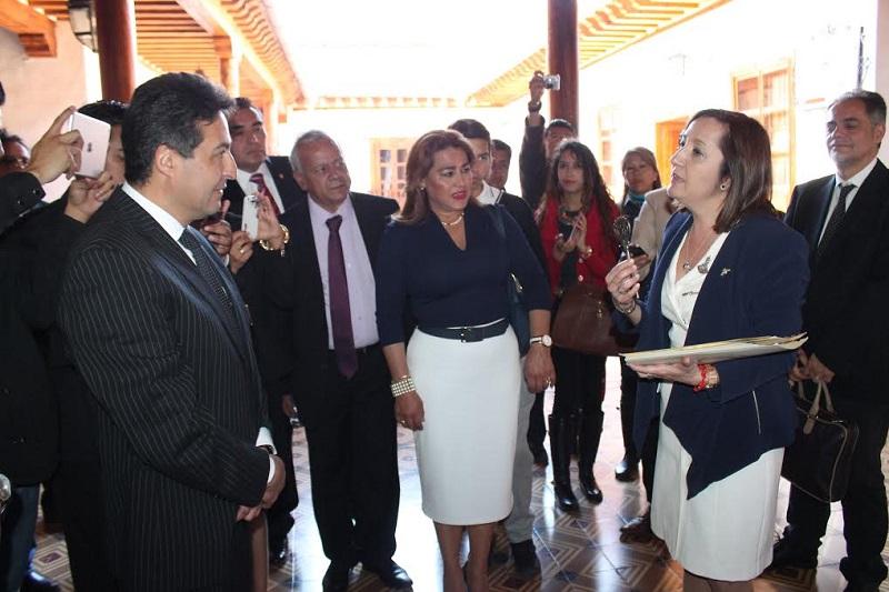 Previo a la entrega de las llaves de la ciudad el alcalde Báez Ceja y el rector de la UMSNH, Medardo Serna, develaron una placa con la que rinden homenaje al humanista y visionario Don Vasco de Quiroga