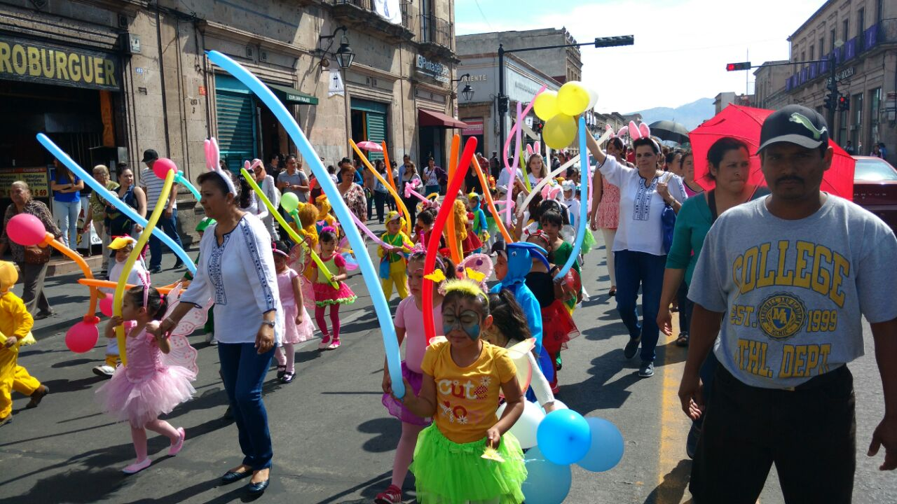 El desfile comenzó en la Fuente de Las Tarascas, por la Avenida Madero, y se prevé que culminará frente a Palacio de Gobierno (FOTO: FRANCISCO ALBERTO SOTOMAYOR)