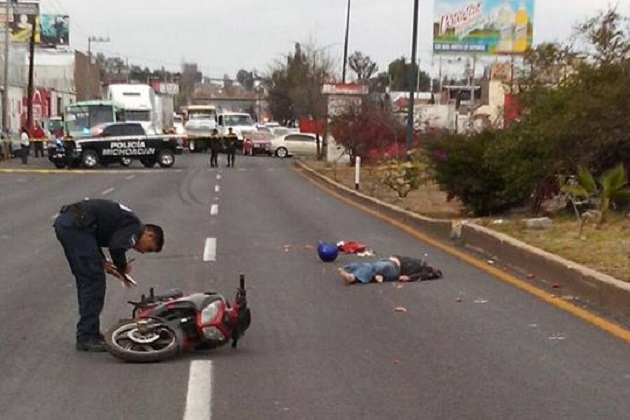 La unidad del transporte público de pasajeros fue abandonada por su chofer a la altura de las instalaciones de la antigua Expo Feria de Michoacán (FOTO: FRANCISCO ALBERTO SOTOMAYOR)