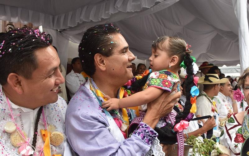 Con gran colorido y ánimo, cientos de artesanos y artesanas acompañaron al mandatario, mostrando la gran riqueza cultural de la Meseta Purépecha michoacana y de diversas regiones del estado