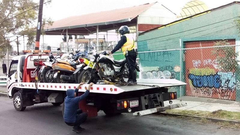 Hasta pasado el mediodía de este martes, tan sólo en la Avenida Madero Poniente, a la altura del Fraccionamiento Manantiales, se observaba que se habían asegurado ya al menos 5 motonetas de diferentes marcas y modelos (FOTO: MARIO REBO)