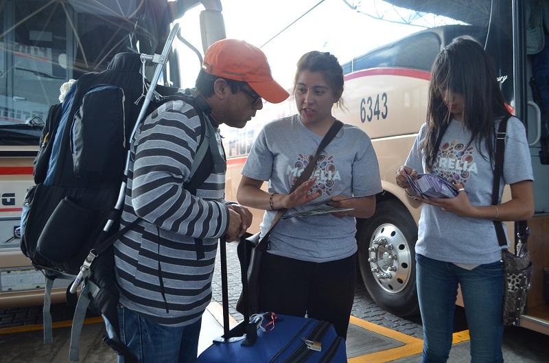 Entregan presentes e información útil a turistas que arriban en la Terminal de Autobuses