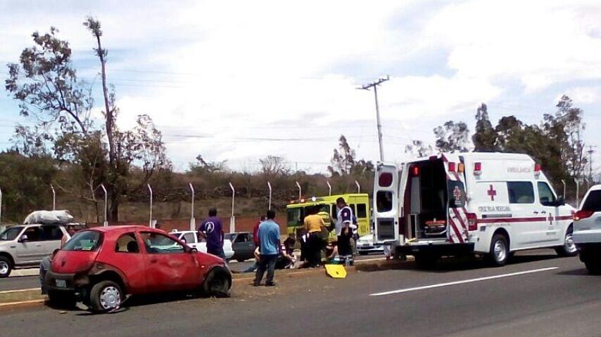 Al lugar acudieron elementos de la Coordinación de Bomberos Municipales y Protección Civil de Morelia, así como de la Cruz Roja Mexicana (FOTO: MARIO REBO)