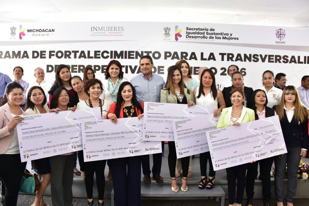 El mandatario estatal hizo entrega de recursos a 19 instancias municipales de la mujer, para fortalecer la atención al sector