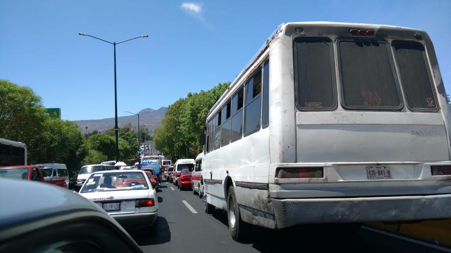 Al ser este miércoles día de quincena para muchos, el tránsito vehicular se complica en varios puntos de la capital michoacana (FOTO: FRANCISCO ALBERTO SOTOMAYOR)