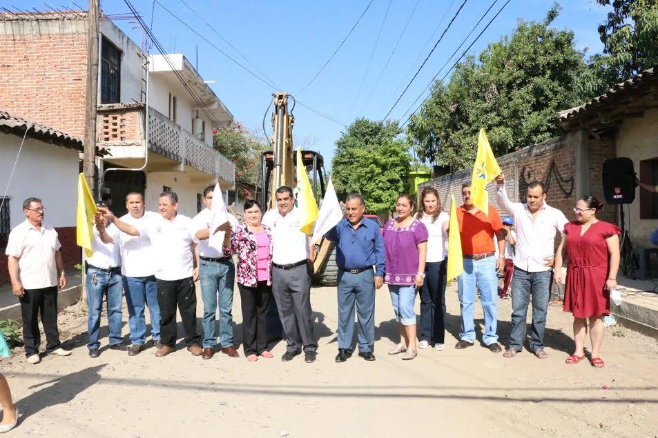 Al poner en marcha la construcción del drenaje en la calle Caltzontzin, Ibarra Torres resaltó que una prioridad en su gobierno es emprender obras y acciones que contribuyan a mejorar la calidad de vida de los ciudadanos