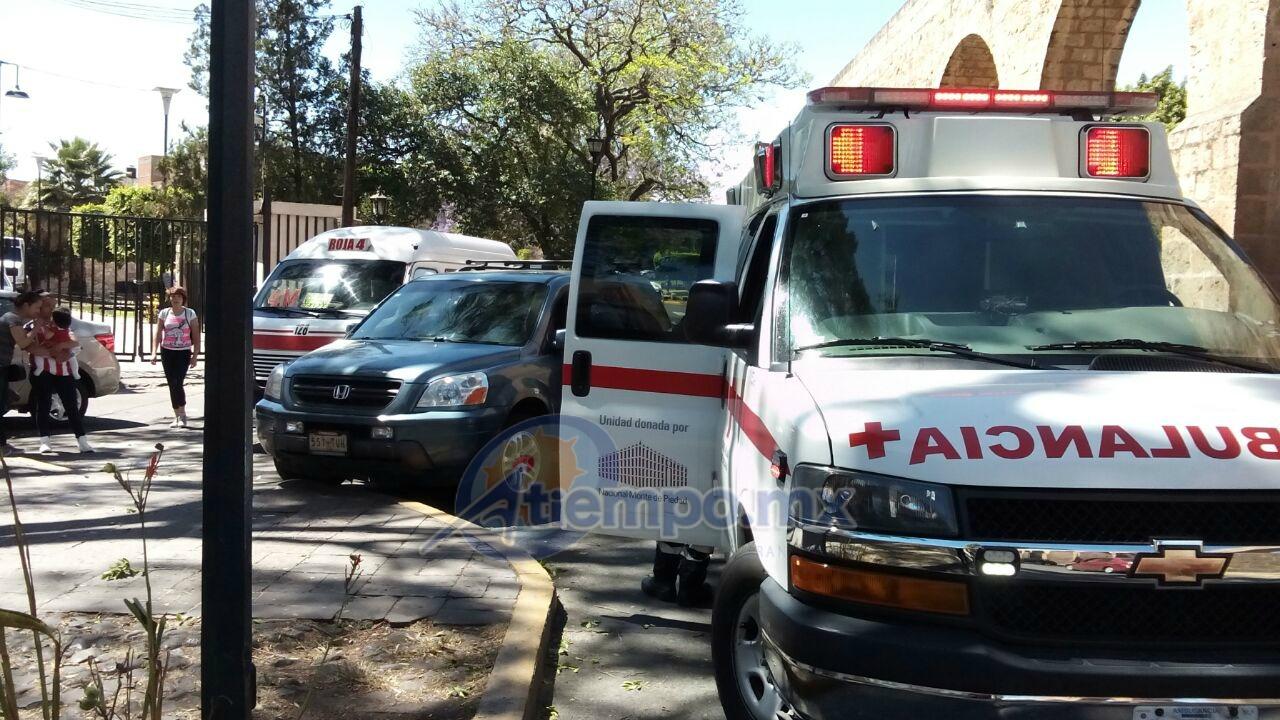 La conductora de la camioneta dijo estar lesionada y fue atendida por paramédicos de la Cruz Roja Mexicana (FOTO: MARIO REBO)