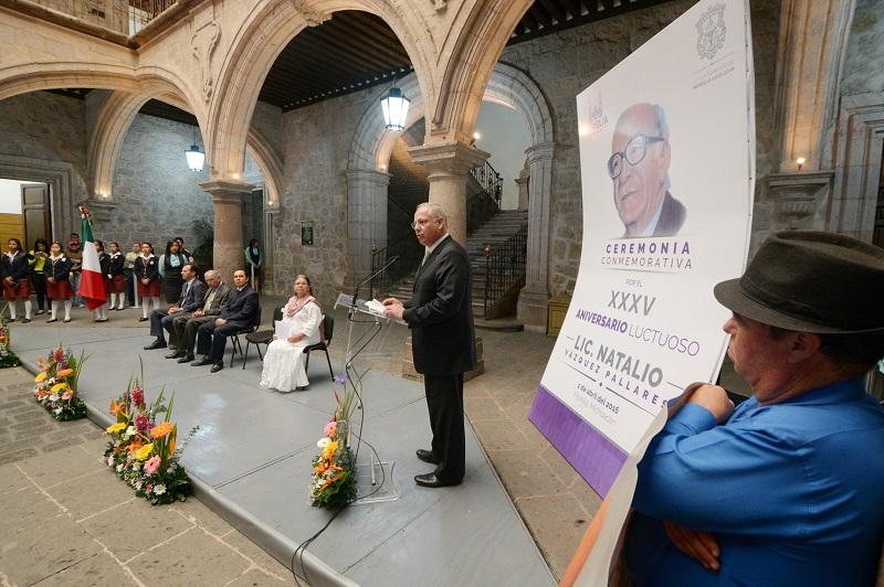 El orador oficial subrayó que la ceremonia representa oportunidad de reflexión sobre la enorme importancia del legado ideológico y la fructífera gestión del Licenciado Natalio Vázquez Pallares