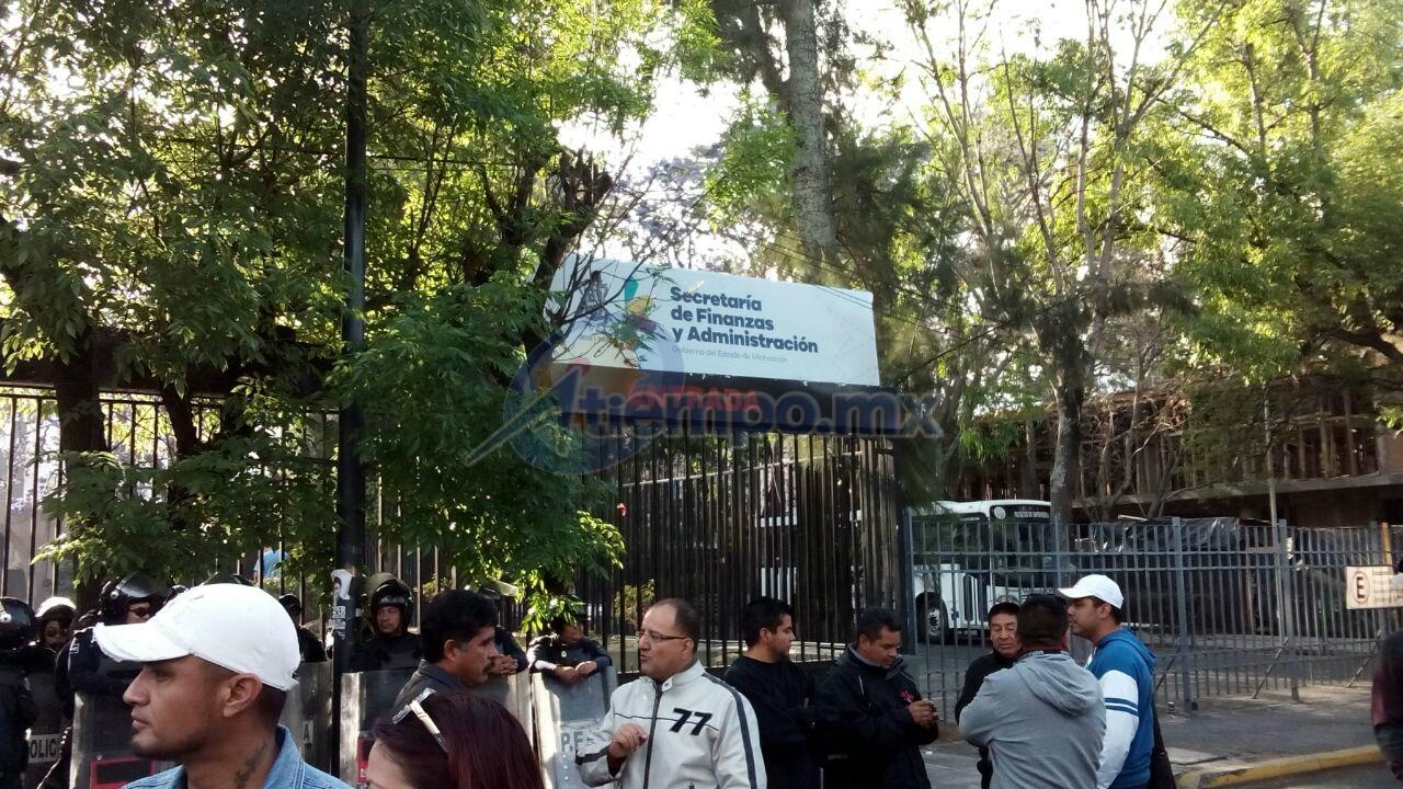 En este momento, los integrantes de la CNTE se manifiestan en la Calzada Ventura Puente, frente a la Secretaría de Finanzas y Administración, sin bloquear la circulación (FOTO: MARIO REBO)