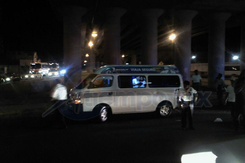 El vehículo del conductor responsable del percance es un Nissan Versa de color azul con placas de circulación PTC-13-64 del estado de Michoacán; la unidad del transporte público tiene el número económico 173 (FOTO: HIRAM SPÍNDOLA)