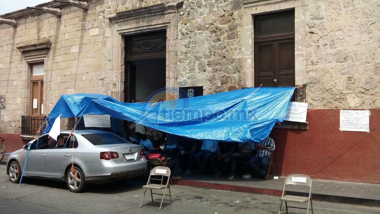 Los manifestantes han colocado una lona y pancartas en el exterior del inmueble ubicado en la calle Benito Juárez (FOTO: MARIO REBO)