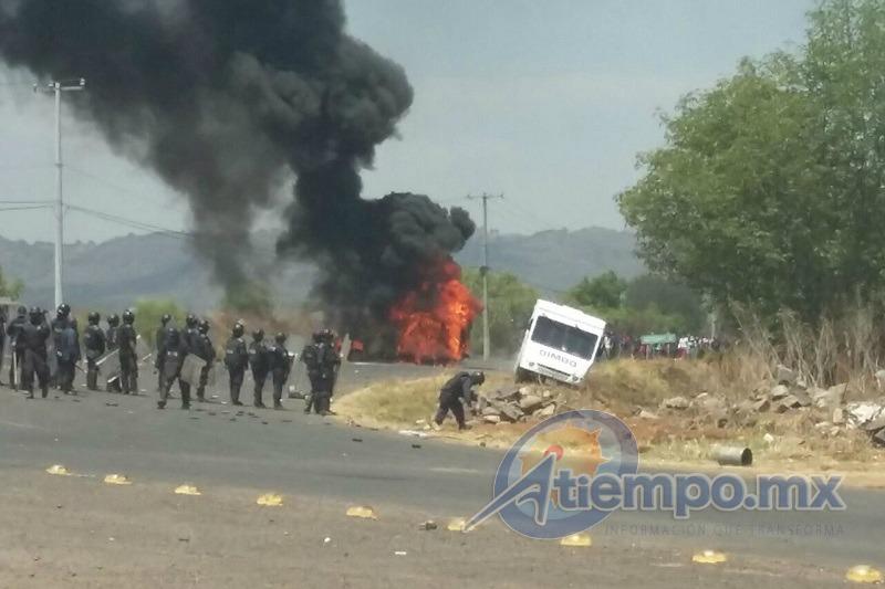 Cuando los policías intentaron recuperar las unidades secuestradas, los manifestantes arremetieron contra los vehículos, quemando tres de ellos, entre ellos una patrulla, y dañando seriamente otra unidad (FOTOS: FRANCISCO ALBERTO SOTOMAYOR)