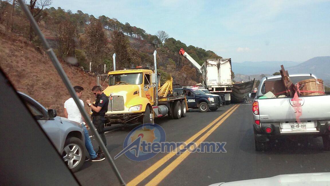 En las afueras de Uruapan se reporta la quema de un camión madrina, misma que transportaba varias unidades nuevas (FOTO: FRANCISCO ALBERTO SOTOMAYOR)