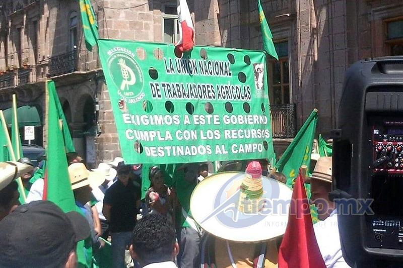 Los manifestantes partieron el Obelisco al General Lázaro Cárdenas y tienen previsto terminar su movilización frente a la Delegación de Sagarpa en Michoacán (FOTO: MARIO REBO)