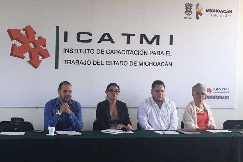 La directora de Vinculación, Viridiana López Ávila presentó los servicios del programa de Capacitación Empresarial (CEFORMA), con el objeto de dar a conocer la gama de cursos que existen en la Institución