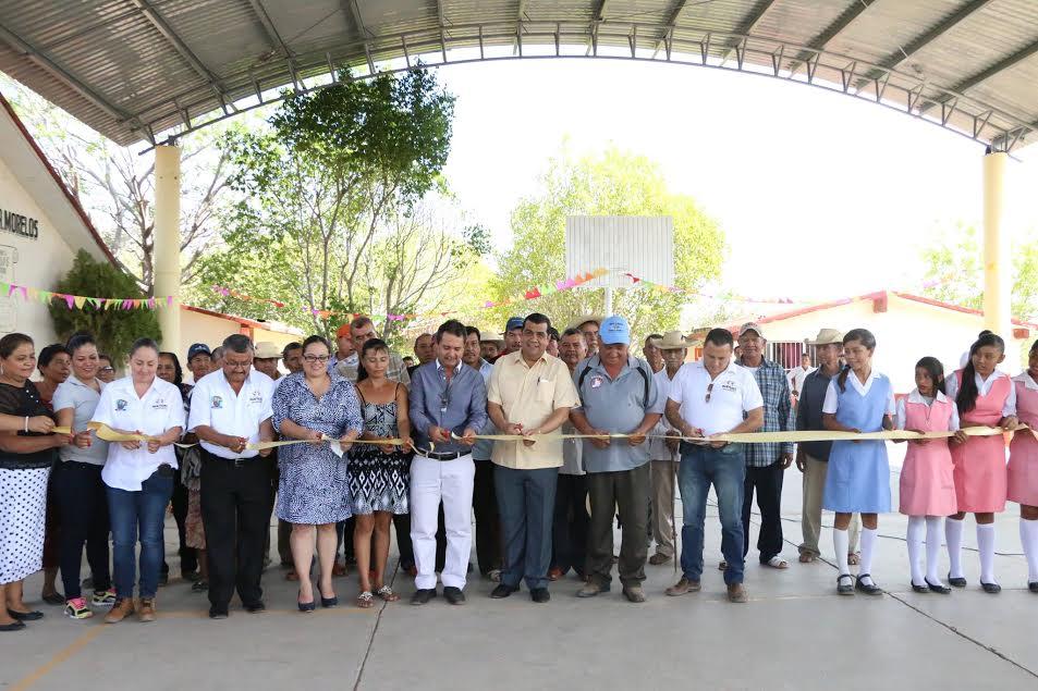 El presidente municipal resaltó que dicha obra se hizo con recursos municipales, estatales y gracias a las aportaciones de los padres de familia, maestros y personal de la comunidad