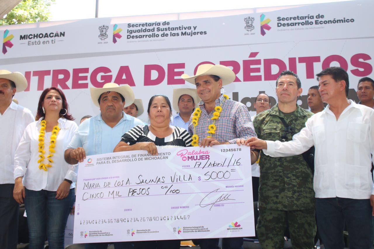 Silvano Aureoles recordó que la meta para este 2016 es entregar 100 mil créditos a un mismo número de mujeres que son jefas de familia, madres solteras o que han sido violentadas