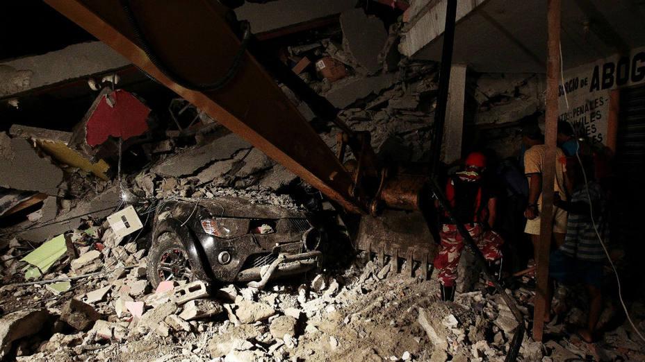 Además de los socorristas de la Cruz Roja partirán elementos de Protección Civil, Policía Federal, la Secretaría de la Sedena y la Semar en apoyo a la población civil tras el sismo de 7.8 grados en la escala de Richter