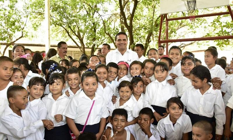 El mandatario estatal inauguró obras sociales en la localidad Presa del Rosario por un monto de un millón 350 mil pesos