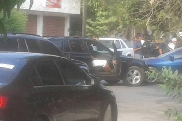 A unos metros de la sede municipal del PRD en Apatzingán, un comando abrió fuego contra el vehículo BMW con placas de la Ciudad de México en el cual viajaba Francisco Licea, acompañado por su chofer y otra persona (FOTO: TOMADA DE ZÓCALO)