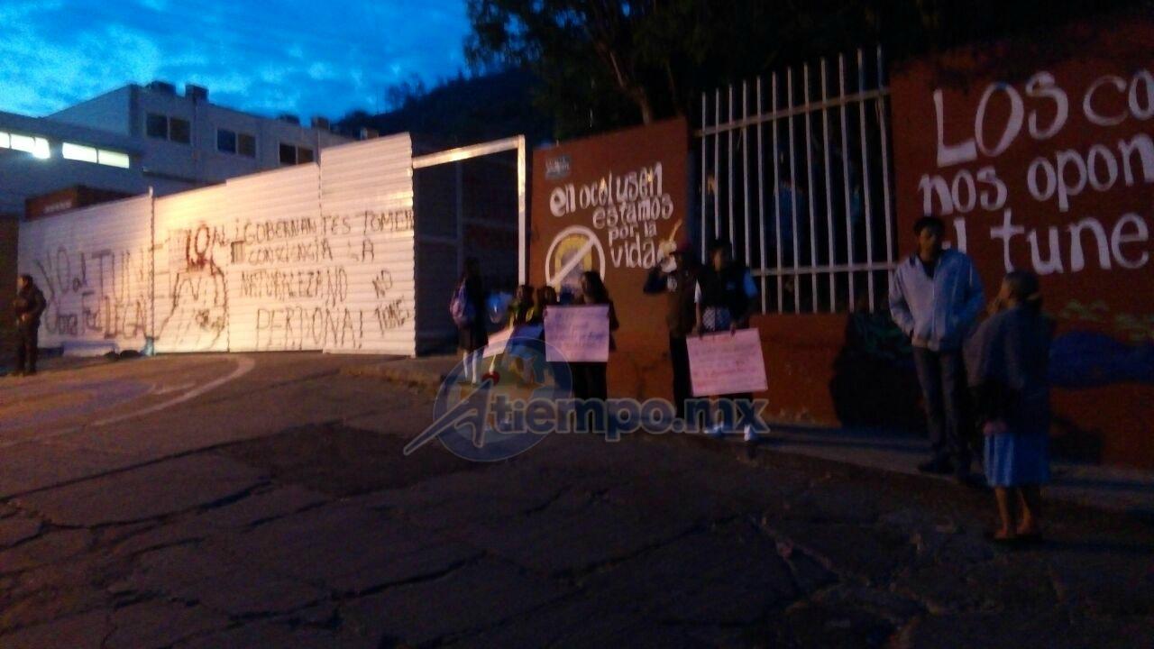 Los manifestantes fueron atendidos por autoridades de la SEE; a las 9:28 se retiraron, pero advirtieron que si el lunes no hay un dictamen técnico volverán a tomar las instalaciones (FOTO: FRANCISCO ALBERTO SOTOMAYOR)