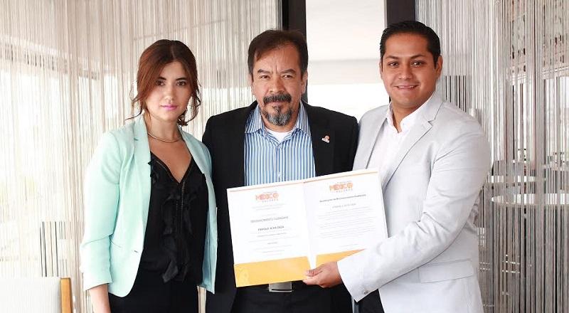 Quienes hicieron entrega del reconocimiento al investigador michoacano fueron Aria Alejandra Molina, Delegada Estatal de la Fundación México con Valores, y el Coordinador Estatal de Movimiento Ciudadano, Daniel Moncada Sánchez