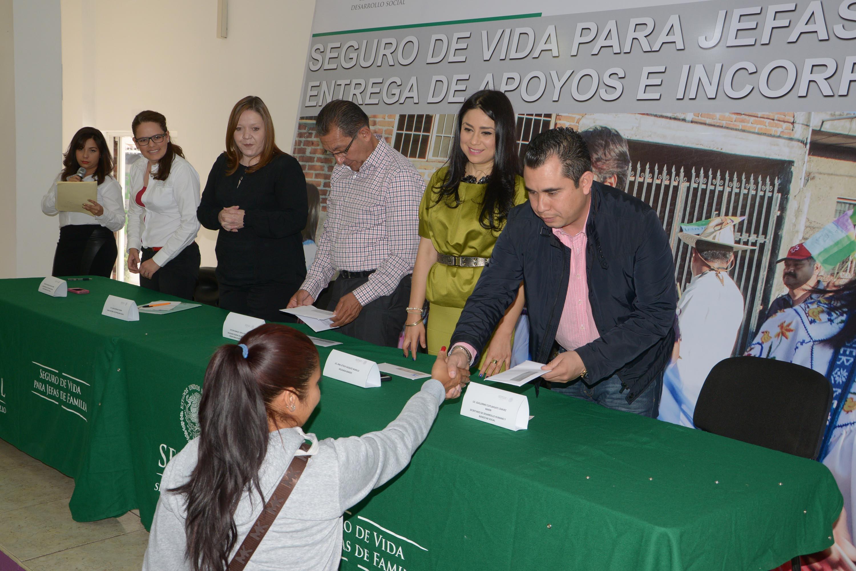 El secretario de Desarrollo Humano y Bienestar Social, Guillermo Marín, encabezó la entrega de Apoyos del Programa Seguro de Vida para Jefas de Familia