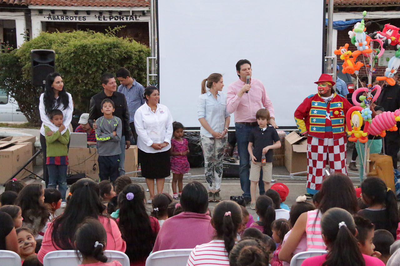 Autoridades municipales encabezadas por el Alcalde, Alfonso Martínez Alcázar, llevaron sonrisas a los niños de estas localidades, quienes disfrutaron de diversos espectáculos infantiles