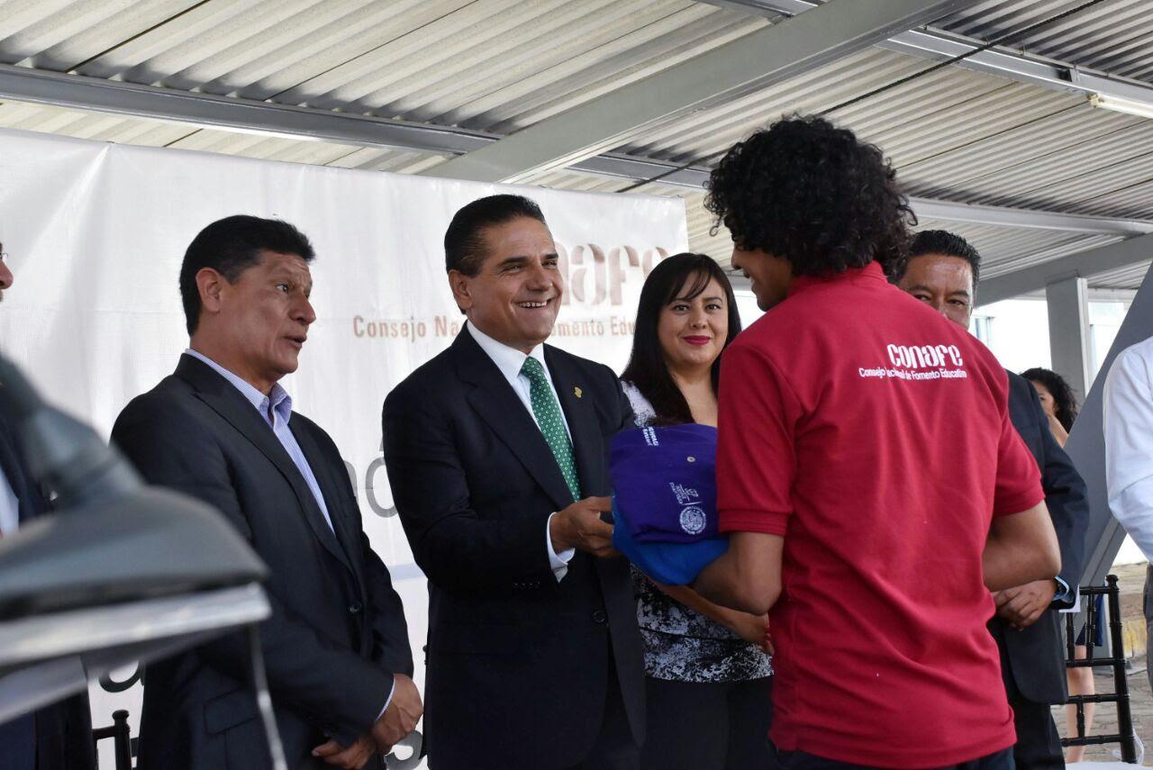 Silvano Aureoles reconoció la labor de quienes integran el Conafe, al referir que es testigo del trabajo que realizan, pues un gran número de ellos lo hacen en las comunidades más alejadas del territorio michoacano
