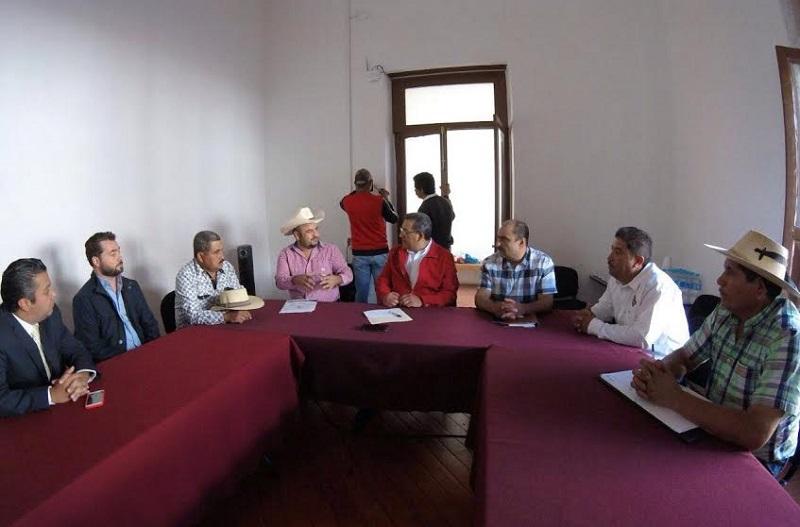 En visita de los representantes de los productores de mezcal en Michoacán, explicaron al legislador su necesidad de ser respaldados, a efecto de lograr la presencia permanente de un verificador