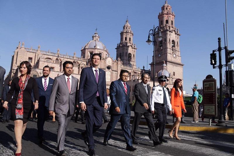 Martínez Alcázar acompañado por la Banda de Guerra, recorrió algunas calles del Centro Histórico para develar los programas que podrán ser consultados por los morelianos