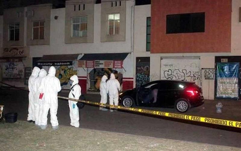El vehículo donde yacía el cadáver fue localizado sobre la Avenida Anastacio Nájera, de la colonia Mariano Abasolo (FOTO: REFORMA / DIARIO.MX)