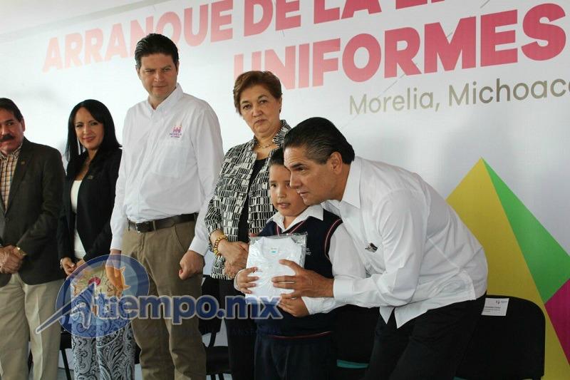 Silvano Aureoles anunció que para el próximo ciclo escolar también se entregarán útiles escolares gratuitos a las niñas y a los niños michoacanos (FOTO: MARIO REBO)