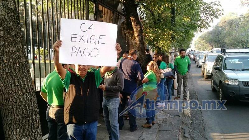 Al momento se manifiestan sólo en las banquetas, por lo cual se encuentra libre la vialidad en la Calzada Ventura Puente de Morelia (FOTO: MARIO REBO)