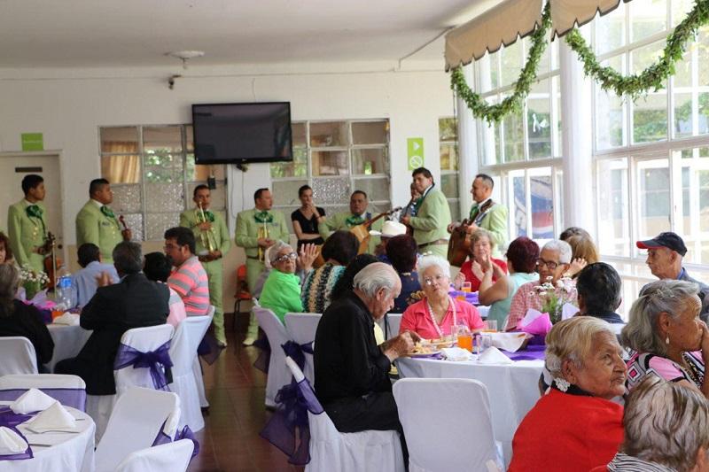 La entrega estuvo encabezada por la Directora de programas del DIF Morelia, Eva Luisa Guzmán Cuevas y participaron seis de las maestras de los CECADES