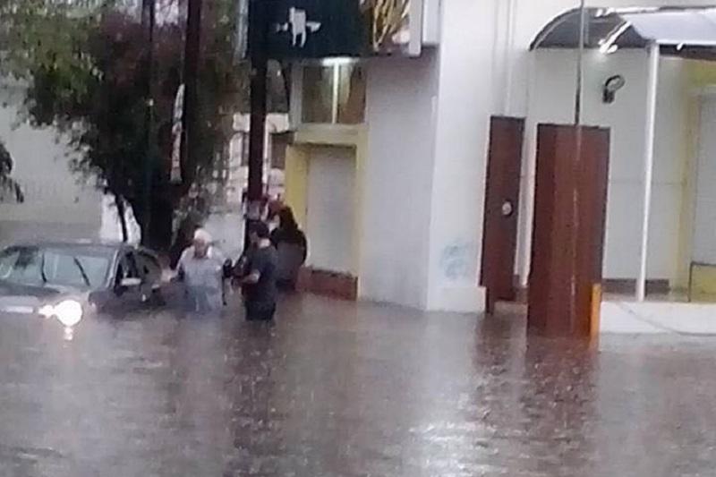 Una pareja de ancianos fue captada con crisis nerviosa, mientras que auto quedó prácticamente cubierto por el agua en la colonia Chapultepec (FOTO: EDGAR MERCADO)