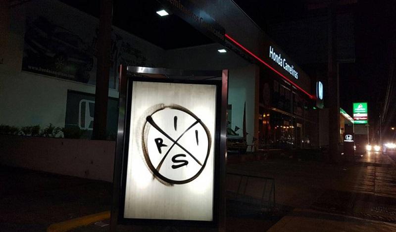 Las pintas muestran el símbolo con el que IRIS se dio a conocer en febrero pasado, a través de un video difundido en redes sociales