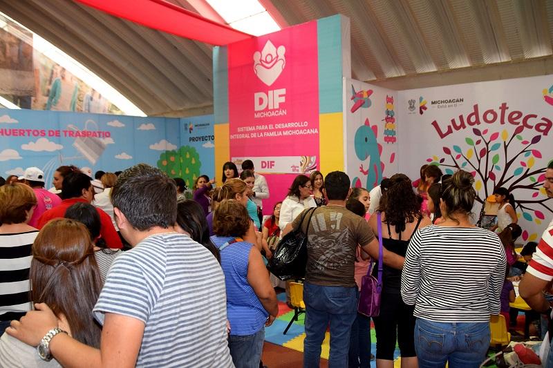 Se instaló una ludoteca para que niños y niñas de visitantes y artesanos disfruten de diferentes actividades