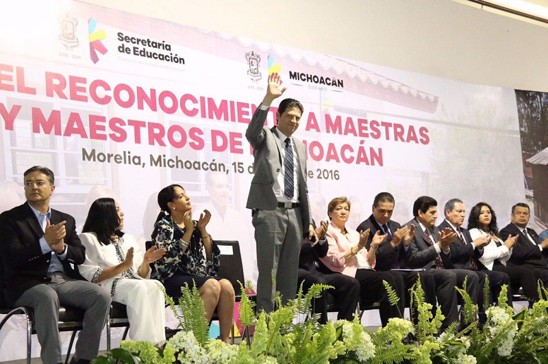 El alcalde de Morelia acompañó al gobernador de Michoacán al evento en donde se entregaron reconocimientos a los maestros en su Día