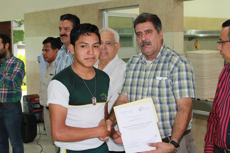 """Fernández Orozco, recalcó que se requiere determinación y preparación, """"como lo están demostrando ustedes, jóvenes estudiantes y futuros guarda bosques, a los que se les está reconociendo su entrega y su compromiso"""""""