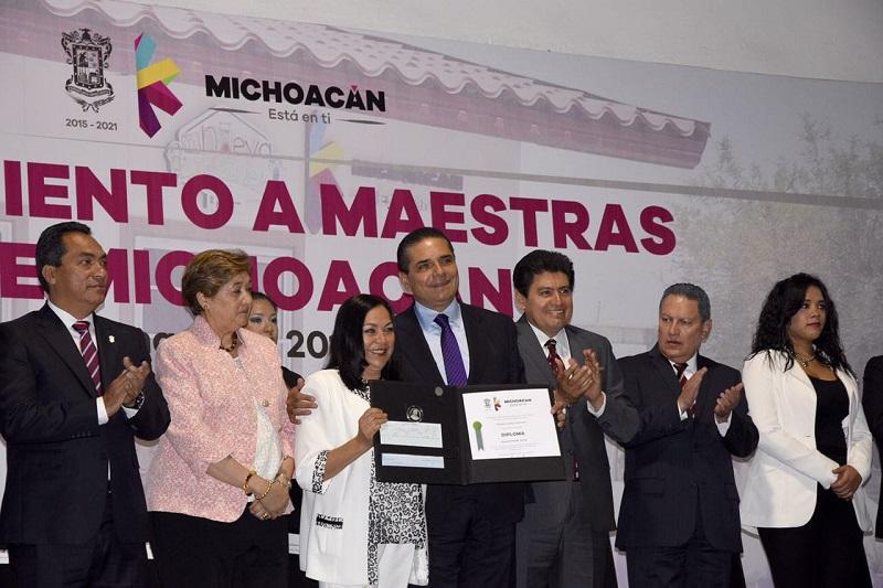 """A los más de 80 mil maestras y maestros de todo el estado, Aureoles Conejo les expresó su reconocimiento """"por esa tarea, por ese auténtico apostolado en beneficio de la niñez y juventud en Michoacán"""""""