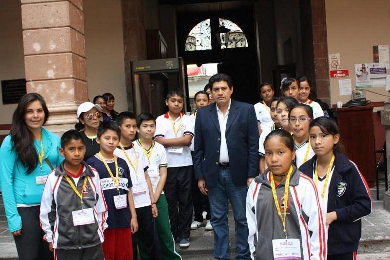 El diputado Raymundo Arreola, presidente de la Mesa Directiva del Congreso del Estado, dio la bienvenida esta mañana al Cabildo Infantil de Uruapan
