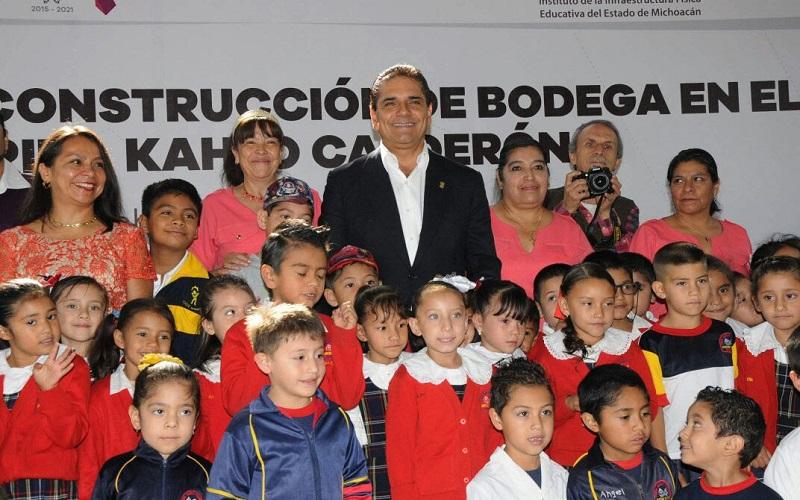 Aureoles Conejo hizo un recorrido en las instalaciones de la Escuela Secundaria Técnica No.120, en donde escuchó las principales necesidades de la institución y se comprometió con diversas obras