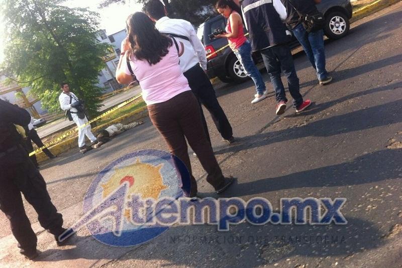Al lugar arribaron elementos de la Policía Michoacán y de corporaciones de rescate, pero nada pudieron hacer por la víctima (FOTO: FRANCISCO ALBERTO SOTOMAYOR)
