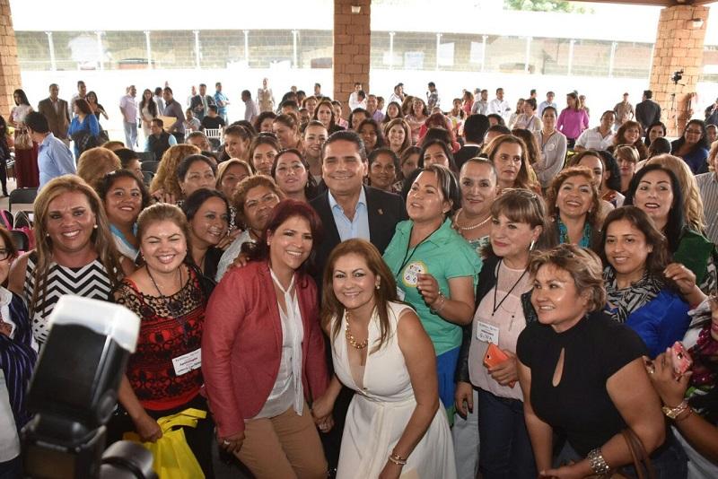 Silvano Aureoles manifestó su decisión de reforzar el trabajo a favor de las mujeres, y en ese sentido señaló que la meta es lograr que este año se brinden 100 mil apoyos en créditos del Programa Palabra de Mujer