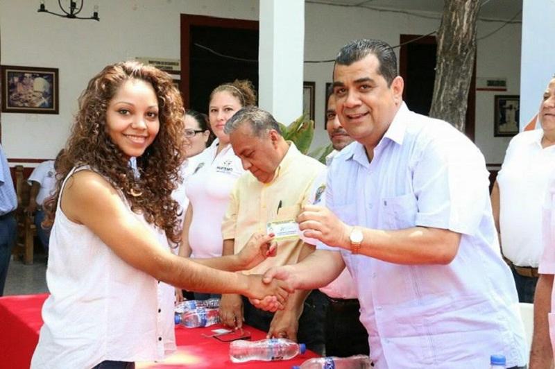 Los beneficiarios y padres de familia agradecieron al presidente municipal los apoyos, y reconocieron su compromiso con el desarrollo y bienestar de las y los huetamenses