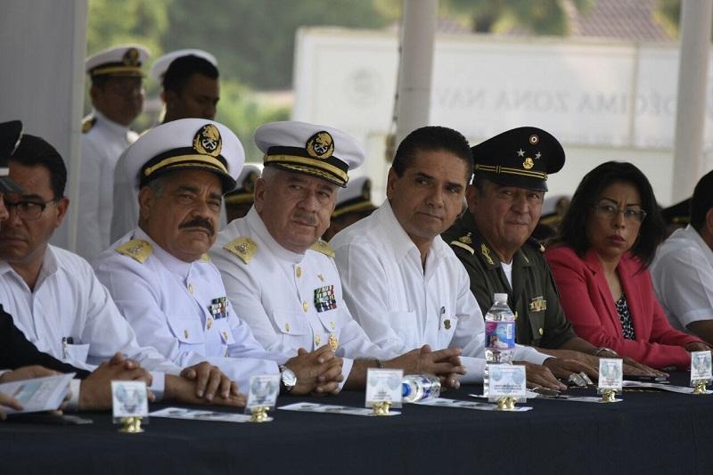 Las autoridades de los tres niveles de gobierno y mandos de la Armada y Marina de México, abordaron el Buque Holzinger para depositar la ofrenda floral en honor a las y los marinos que perdieron la vida en el mar.