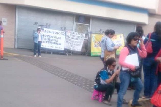 En consecuencia, algunos de los comercios, entre ellos la tienda de autoservicio Walmart, cerraron sus puertas para evitar actos vandálicos